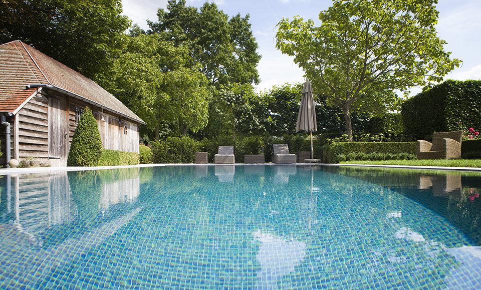 Moza ek zwembad laat zich perfect integreren in deze kleine landelijke tuin de mooiste zwembaden - Mozaiek blauwe bad ...