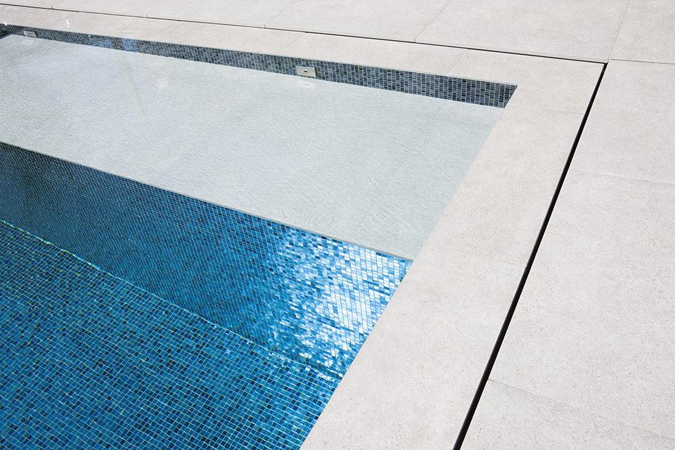Exclusief overloopzwembad bekleed met mozaïek in nacré met nuances
