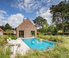 betonnen luxe zwembad bekleed met vinylestern Gestels zwembaden