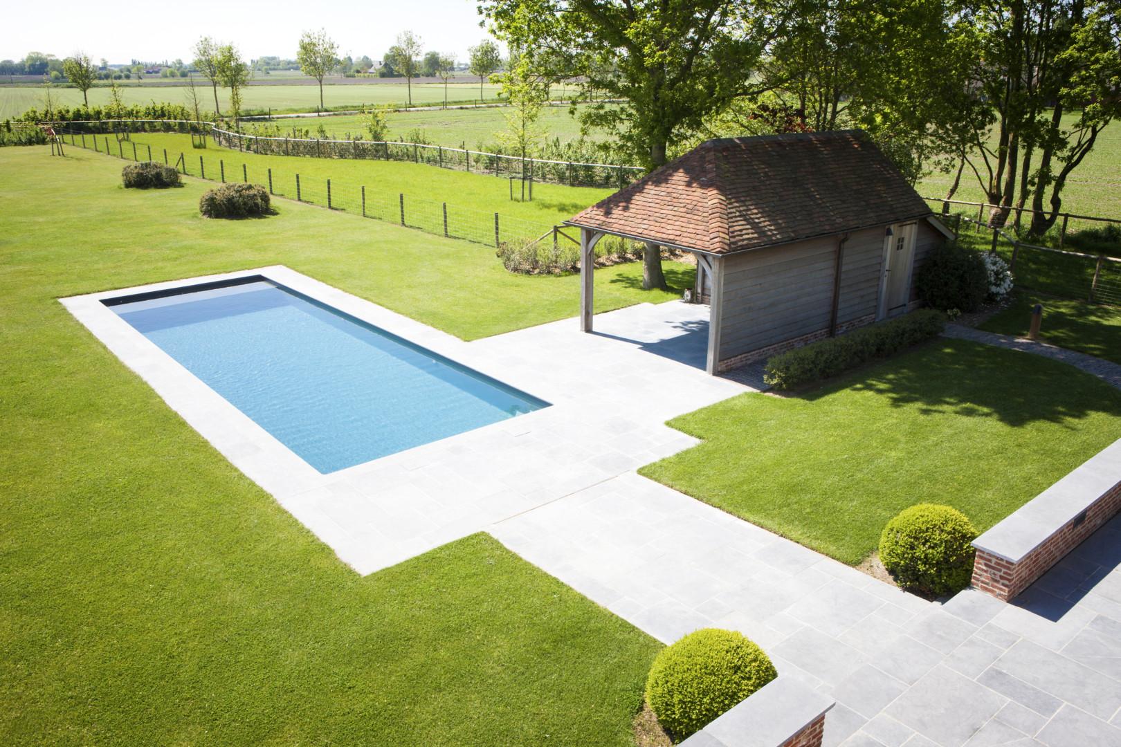 azuralux betonnen zwembad bekleed in liner in landelijke tuin