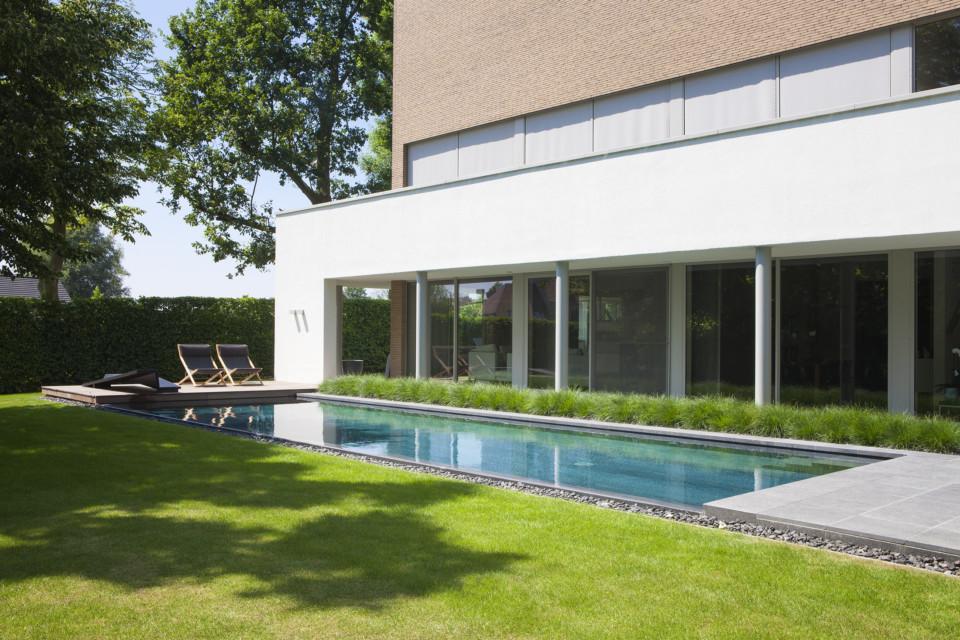 Exclusief infinity zwembad loopt over in glooiende groene omgeving