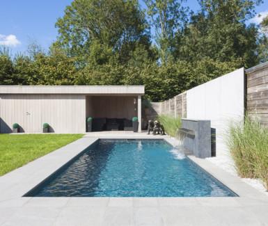Skimmer zwembad aangelegd door Azuralux voorzien van RVS fontein