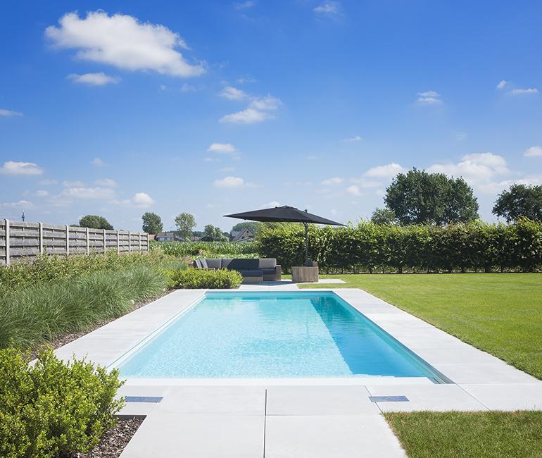 Uitgestrekt starline zwembad aangelegd in tuin met zicht for Zwembad houtlook