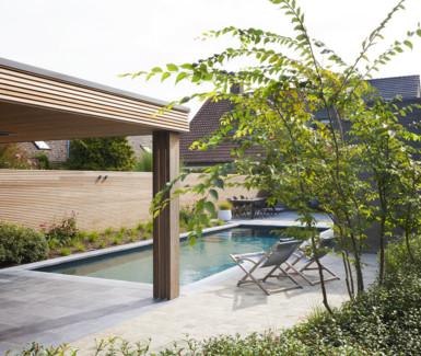 polypropyleen zwembad voorzien van hoektrap aangelegd door Carropools