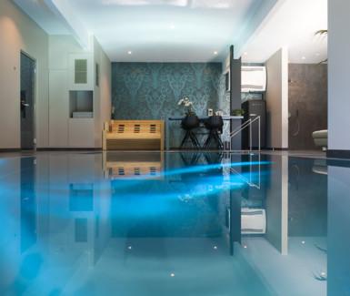 inox binnenzwembad aangelegd door Nouv'eau, overloopzwembad in wellness