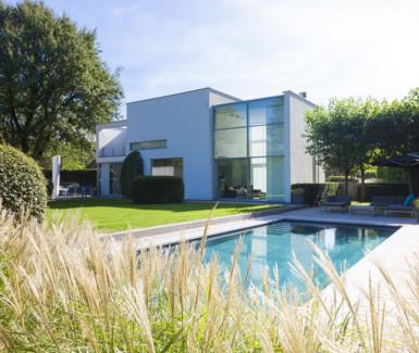 onderloop zwembad bekleed met natuursteen aangelegd door Quality Pool