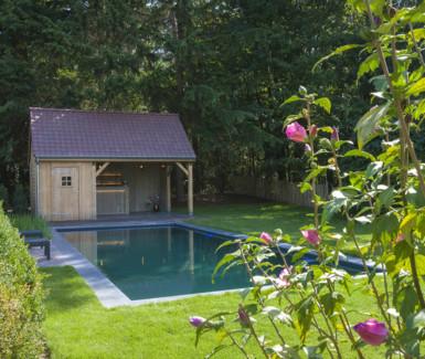 zwemvijver met strakke vorm en  lounge gedeelte aangelegd door Aqua-art