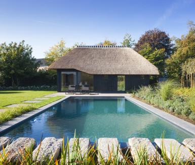 Imposante zwemvijver voorzien van lounge gedeelte aangelegd door Aqua-art