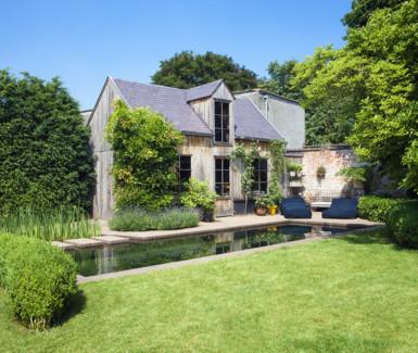 exclusieve zwemvijver aangelegd door Cools tuinaanleg in tuin ontworpen door Wirtz