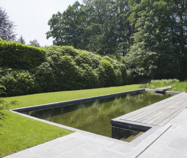 strakke landelijke zwemvijver afgewerkt met authentieke materialen aangelegd door Cools tuinaanleg