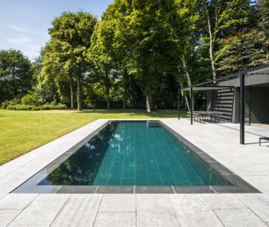 luxe overloopzwembad bekleed met natuursteen aangelegd door Eddy Van De Kerkhof