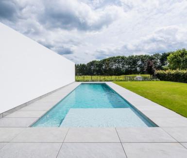 hoge waterlijn slimmer zwembad aangelegd door Eddy Van De Kerkhof