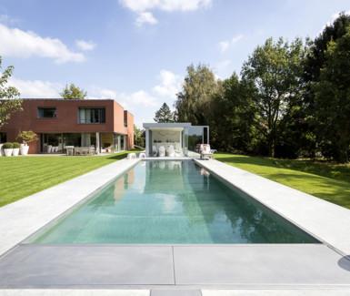 inox buitenzwembad voorzien van zwevende trap aangelegd door Van Eeckhoudt zwembaden