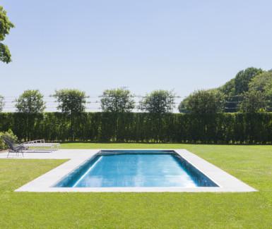 Inox buitenzwembad in ruime landelijke tuin aangelegd door Nouv'eau