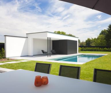 inox zwembad naast moderne poolhouse aangelegd door Nouv'eau