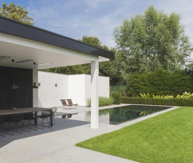 My pool by Hugelier legde dit onverloopzwembad aan dat bekleed werd met zwarte mozaïek.