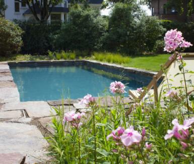 Luxe betonnen skimmer zwembad bekleed met liner aangelegd door Total Pool Concept