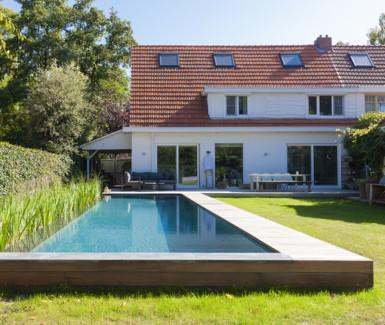 Infinity zwemvijver, opbouw zwemvijver met houten terras aangelegd door Aqua-Art