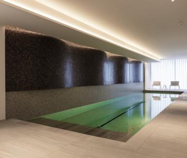 luxe binnenzwembad aangelegd door Biopool in Des Nations, een project van Versluys Groep