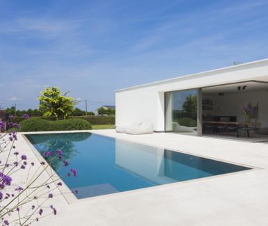 luxe buitenzwembad bekleed met mozaïek met zwevende trap aangelegd door My Pool by Hugelier
