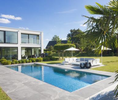 Luxe inox buitenzwembad aangelegd door Vaneeckhoudt Zwembaden