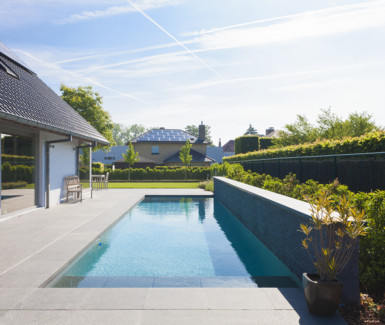 Betonnen zwembad aangelegd door West-Pool, zwembadbouwer uit Ingelmunster