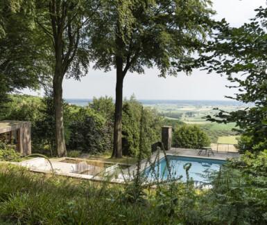 Aan het zwembad op de Kemmelberg, tools for togetherness by extremis