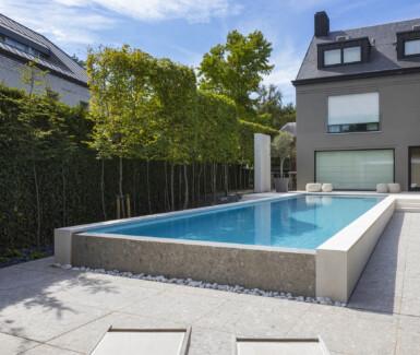 infinity zwembad aangelegd door Total Pool Concept op terras in stadstuin