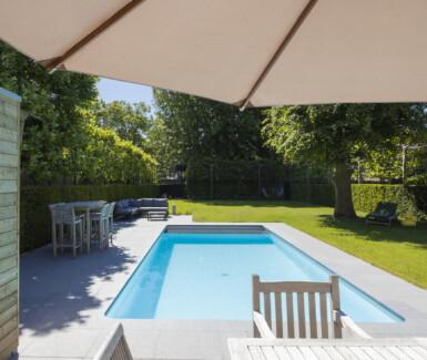betonnen skimmerzwembad voorzien van plage en hoektrap aangelegd door Azuralux