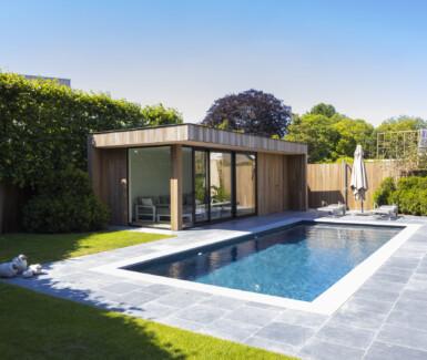 betonnen skimmer zwembad voorzien van plage aangelegd door Azuralux