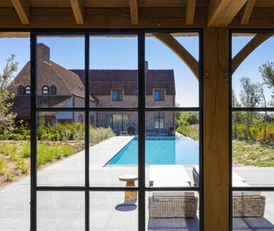 Starline infinity zwembad aangelegd door Becaus zwembaden met trap over de ganse breedte van het zwembad