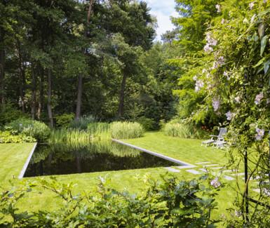 Een tuin waarin je meteen ondergedompeld wordt in rust, eenvoud en schoonheid. Deze zwemvijver, aangelegd door Cools Tuinaanleg, speelt hier op discrete wijze de hoofdrol.