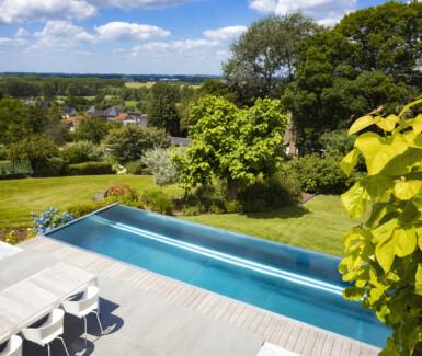 inox infinity pool aangelegd door Nouv'eau biedt zicht op de Vlaamse Ardennen