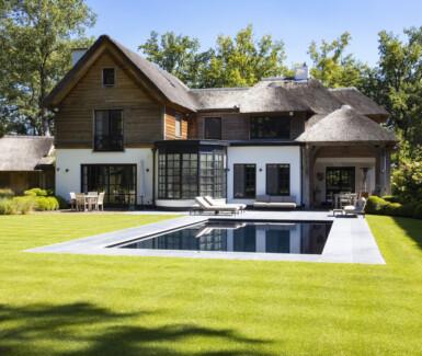 luxe onderloopzwembad aangelegd door Quality Pool