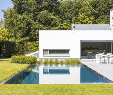bouwkundig luxe zwembad bekleed met liner aangelegd door Swimtec, overloopzwembad