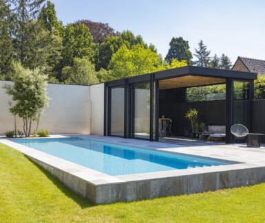 hoge waterlijn skimmerzwembad bekleed met liner aangelegd door Swimtec, bouwkundig zwembad, betonnen zwembad