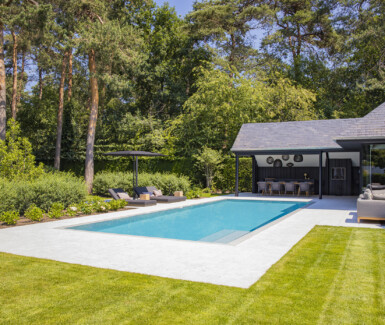 Overloopzwembad bekleed met keramische tegels voorzien van een bloktrap en tegenstroominstallatie aangelegd door Swimtec