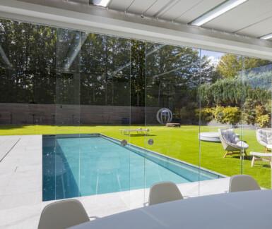 inox zwembad met beweegbare vloer aangelegd door Van Eeckhoudt zwembaden