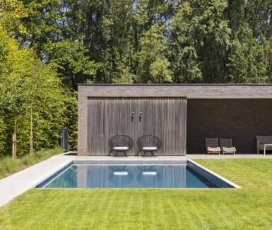 Luxe betonnen skimmer zwembad bekleed met mozaïek aangelegd door West-Pool