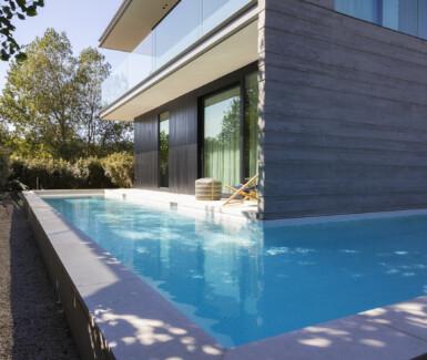 betonnen zwembad in kusttuin waar je letterlijk om het hoekje kan zwemmen aangelegd door West-Pool