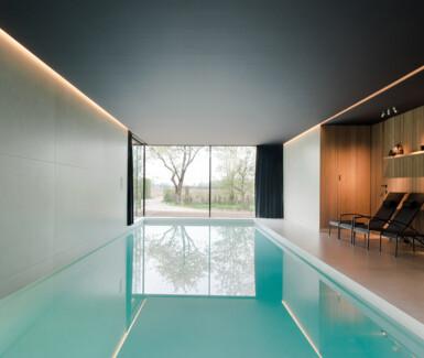 high end modern binnenzwembad aangelegd door GP construct