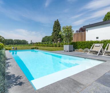 wit polypropyleen buitenzwembad aangelegd door Aquapura, luxe zwembad in tuin, zwembad in je tuin