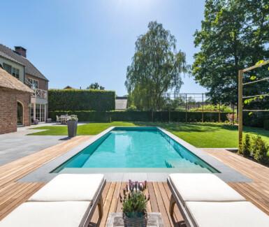 Beige polypropyleen buitenzwembad aangelegd door Aquapura, monoblock zwembad, zwembad in de tuin