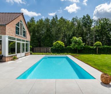 Monoblock zwembad in polypropyleen aangelegd door CBC Zwembaden