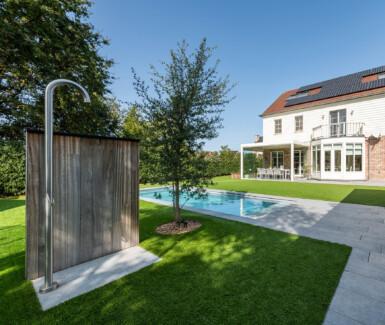 polypropyleen buitenzwembad aangelegd door CBC zwembaden, zwembad in de tuin