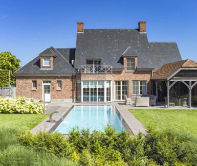 luxe Starline overloopzwembad aangelegd in ruime tuin door Relaxani